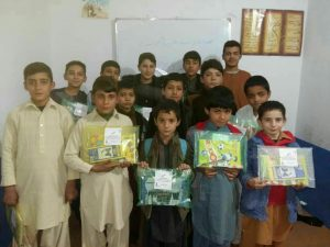 اهدای لوازم التحریر به دانش آموزان یتیم و مستمند در قندهار