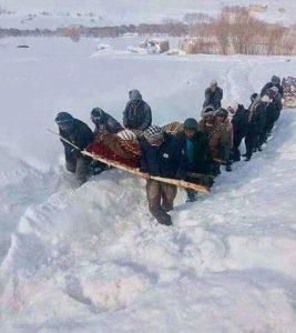 زندگی دشوار در مناطق سردسیر افغانستان؛ گروهی از مردان، یک فرد بیمار را از مسیری برفی به دکتر انتقال میدهند.
